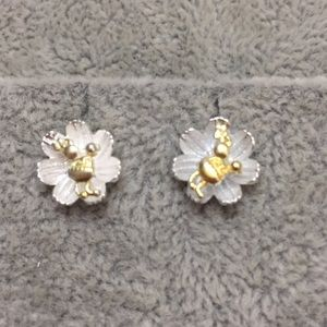Jewelry - On Sale!!!! Flower with bee